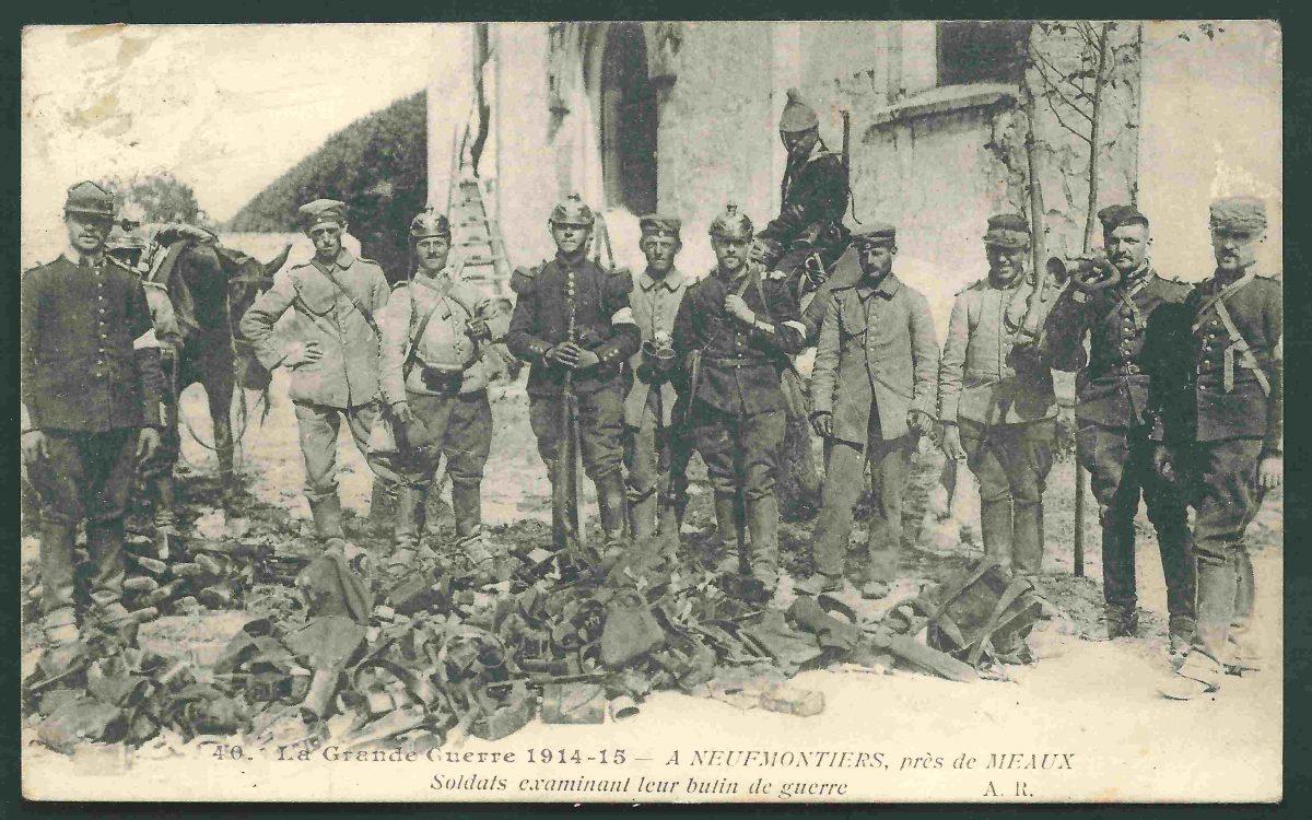 premiere guerre mondiale CPA Neufmontiers – Meaux – Soldats examinant leur butin de guerre