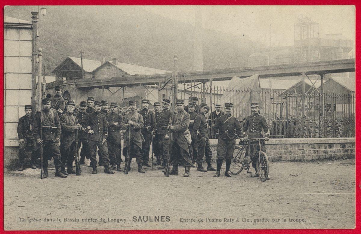 cpa-saulnes-longwy-greves-bassin-minier-mines-entree-usine-gardee-troupes