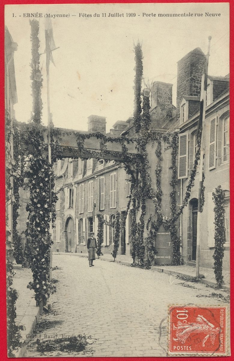 cpa-ernee-mayenne-fetes-11-juillet-1909-porte-monumentale-rue-neuve