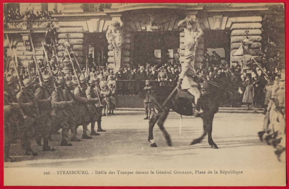 cpa-strasbourg-defile-troupes-devant-general-gouraud-place-republique
